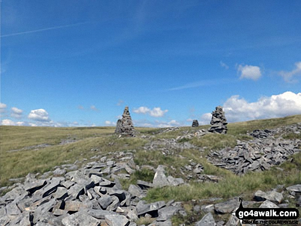 Cairns and curricks below Knoutberry Haugh