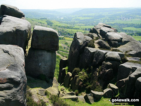 Rocks on Froggat Edge, looking south. Walk route map d139 Froggatt Edge, Curbar Edge, The Derwent Valley and Grindleford from Hay Wood, Longshaw photo