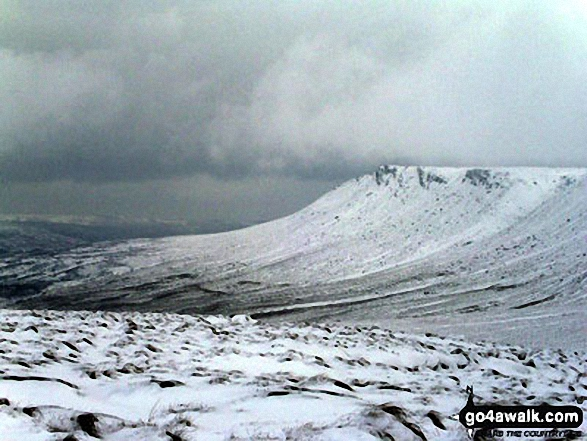 Kinder Scout (The Edge) in the snow from Mill Hill (Ashop Head). Walk route map d176 Fairbrook Naze (Kinder Scout) and Mill Hill from Birchin Clough photo
