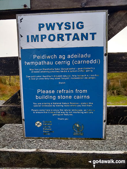 Sign at Rhiw Gwerdydd asking walkers to refrain from building stone cairns