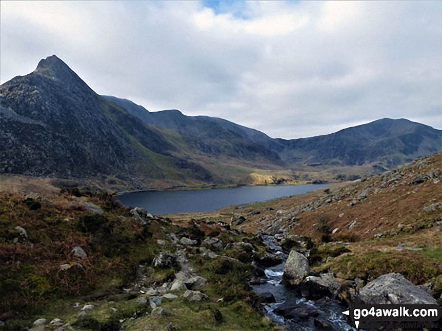 Walk cw119 Tryfan from Glan Dena, Llyn Ogwen - Tryfan (left), Glyder Fawr, Y Garn (Glyderau) (right) and Llyn Ogwen  from near Glan Dena